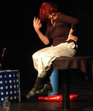 Domptör. Kvinnor dominerade den fullsatta Sagateaterns publik i Hedemora på lördagskvällen. Och de fick många befriande skratt under Kim Anderzons version av Vivavagina. Bilden togs när hon gjorde samma föreställning i Säter i höstas.
