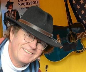 Att stå på gatan är primitivt - men effektivt. Jag åker på 120 marknader om året. Countrymusiker Bo-Göran Svensson som dansade och krängde cd-skivor.