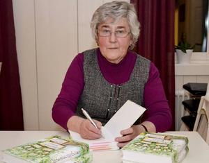 Ulla Thorsell Östlund har fått massor av beröm för den fina släktboken och signerat ett stort antal exemplar redan.