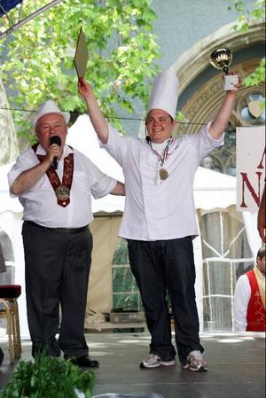 Basen för Chaîne des Rôtisseurs i Budapest, Benke Lázlo, harangerar Patrik Lundvall, vid utdelningen av Patriks tillkommande insignier  i hans medlemskap  i sällskapet.Foto: Jan-Owe Johansson