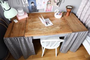I Indras rum stod förut en snickarbänk som pysselbord, men nu när Indra blivit större har hon fått ett antikt bord som skrivbord i stället. Draperierna döljer praktiska hurtsar.