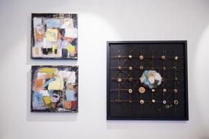 Flera målningar och collage innehåller spår efter konstnärens tid som kläddesigner.