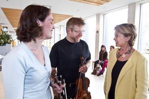 På konserthuset pratade Lena Adelsohn Liljeroth, kultur- och idrottsminister, med Åsa Wirdefeldt och Peter Olofsson, båda förste konsertmästare i Gävle symfoniorkester.
