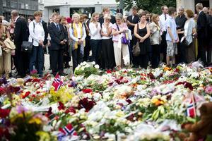 Ett land i sorg. Blomsterhav vid minnesgudstjänsten i Domkyrkan i Oslo för offren från terrorattacken.