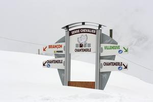 När man rör sig bland de vitklädda bergen i Serre Chevalier kan en skylt vara räddningen om man förvirrat sig bland alla backar.