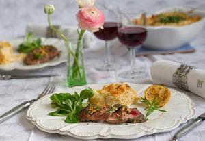 Lammfilé känns nyårsfestligt men är ändå lätt att laga. Servera med en vidunderlig citrondoftande jordärtskocksgratäng.