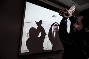 Mötet med arbetsförmedlingen frambringar även en del lek och skratt. Foto: Susanne Kvarnlöf