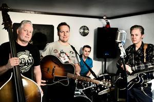 Från vänster: Mikael Letskog (kontrabas), Jan Östlund (Sång/gitarr), Linus Letskog (trummor) och Hampus Letskog (gitarr). Tillsammans utgör de rockbandet The Jetaways som nyligen har släppt sin första skiva.