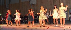 Dansanta. Musik- och dansskolans showdansgrupper framförde flera nummer, bland annat ett där medlemmarna agerade städande mammor.