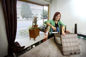 Inga tapeter. Att verksamheten handlar om möbelrenovering hoppas Maria Granlund kunna visa i skyltfönstren ut mot Norra Kungsvägen. Bild: GÖRAN KEMPE