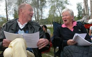 Olle Landin och Britta Nisses är två glada allsångare. Foto:Erika Hällberg