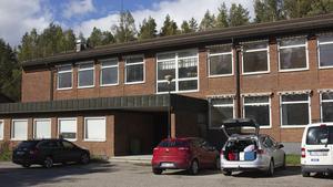 Riddarhyttans gamla boende görs i ordning för att kunna hysa 100 flyktingar. Bakgrunden är att det i nuläget kommer över 1000 asylsökande per dag till Sverige.