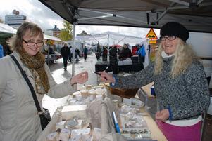 Karin Nylen från Herrö Getgård utanför Sveg i Härjedalen bjöd på provsmakning av getost vilket spred en glädje bland besökarna.