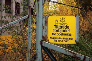 Det är förbjudet att ta sig in på fabriksområdet.