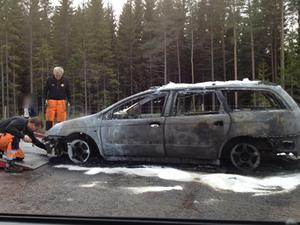 Bilen vid E4 blev helt utbränd.