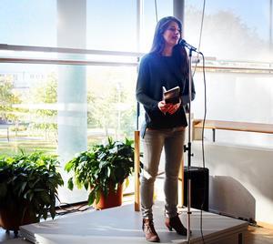 Linda Ghaderi läser dikter.