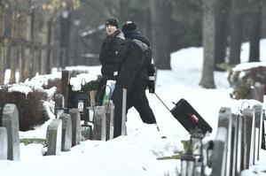 På Gustavbergs kyrkogård öppnades under vintern graven för den 42-årige man som tidigare var gift med den 41-åriga kvinna som misstänks för att ha mördat sin pappa i Arboga. Misstankar finns även om att hennes tidigare make inte dog en naturlig död.