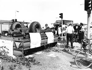 1992 välte en traktor med släp i låg hastighet när den skulle svänga från riksvägen till Knutsvägen. Studenter blev fastklämda och skadades.  Bild: FP:s arkiv