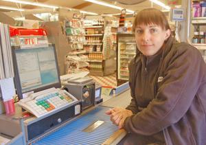 Therese Räms är en av de anställda som riskerar arbetslöshet när Coop Nära Mockfjärd läggs ner.