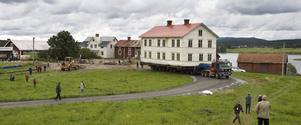 Det stora 1800-talshuset började flyttas vid klockan 10.00 på tisdagen. Ett par timmar senare var huset framme vid sin nya position.