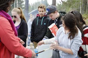 Från vänster den spanska läraren Laura Losada Vieiro (i röd jacka), Moa Erikson, Erik Larsson-Clifford, Amadeus Eriksson och Angela Simon.