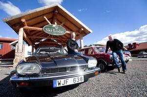Nils Kronström är Jaguarentusiast medan  vännen Bo Funcke föredrar Hundkoja och MG. Båda hälsar alla älskare av klassiska  europeiska bilar  välkomna  weekendträff i Romme Alpin.