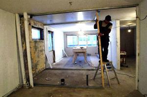 Arnold Hallin reser väggar i en av de två lägenheter som totalförstördes vid branden.