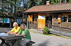 ändring. En ombyggnad av entren till Tivedens nationalpark kommer att ske till nästa år. Då passar informatören Regina Gustafsson (t v) att gå i pension. Här tillsammans med guiden Cecilia Söderberg.