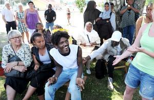Filimon Andemchael från Eritrea blir både förtjust förskräckt ut när han blir uppbjuden till en hambo av Johanna Börjesson.