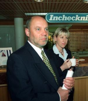 Värden Lennart Holmsten. Många politiska tungviktare i socialdemokratin har lockats till Nordanstig. Gunnar Sträng var gäst i hans hem i Bergsjö. 1998 inbjöd han Margot Wallström till ett möte i Hassela Sportcenter.