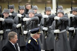 Finland deltar. Här får Kungen en finländsk hedersvakt vid statsbesök.