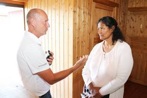 Maggie Nath diskuterar arbete och integration för människor som är nya i Sverige med företagaren Stig Holm.