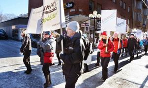 200 lärare marscherade genom Östersund på lördagen i en manifestation för en höjning av lönen och läraryrkets status.