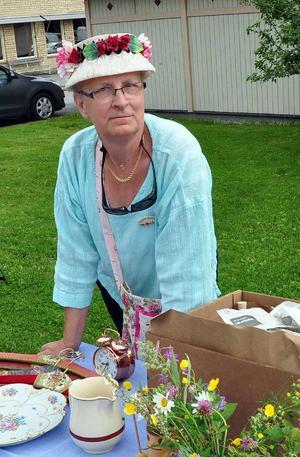 Britt-Inger Sundin, Kälarne, tog på sin finaste loppishatten och prydde därmed sitt marknadsstånd.