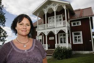 Sara Magnusson har hunnit med elva utställningar sedan starten i höstas, men nu flyttar hon och familjen och Galleri Johangården återgår till att bli bostadshus.