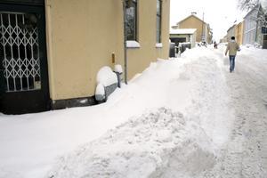 Runt vissa fastigheter i Askersund har trottoarerna inte snöröjts under hela vintern. BILD: BJÖRN PALMQVIST