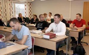 Föreläsningar hålls i Ludvika via video från polishögskolan i Stockholm. Självförsvar övas i Borlänge och bilkörning i Falun.FOTO:ANDERS BJÖRKLUND