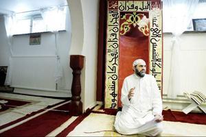 """""""Under fastan sluter man fred med sig själv och med andra människor"""", säger Abo Omar AlAwazim, imam i Östersund.  Foto: Henrik Flygare"""