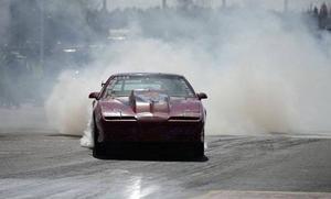 En rykande stilstudie av Kent Forschner-Hell och hans tävlingsbil vid tävlingarna i Dala-Järna tidigare i år.