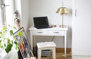 Ullas kontorsvrå i sovrummet.