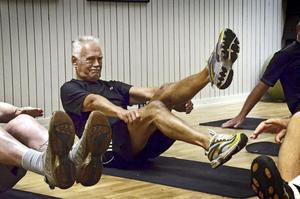 För välbefinnande. Rolf Johansson tränar magmusklerna.