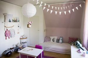 Ljust och rosa har blivit temat i Hanna, två år och Maya, fem års lekhörna. Luftballongslampan har hon gjort själv.