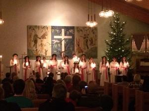 Fryxelever ledde luciatåget i Bäckbykyrkan på fredagskvällen.