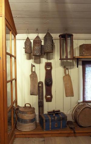 Boningshusen är inredda som ett gammalt hälsingehem. Här finns bland annat hushållsredskap och hantverk från gårdar i trakten.