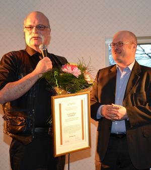 Mats Dölfors, MD Trafikskola, t v, tar emot utmärkelsen Årets nyföretagare av Lars-Erik Wiik, ALMI.