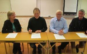 Här sitter de som skrivit på avtalet. Lena Moberg, kulturchef, Abbe Ronsten, kommunalråd, Bernt Lindstenz, Folkets hus, samt Stefan Lundqvist, kommunchef. Foto: Roland Engvall