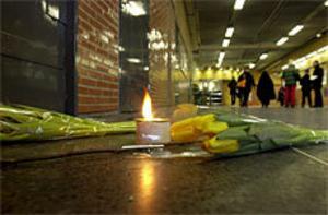 Vänner till den mördade 19-åringen lade blommor på brottsplatsen vid tunnelbanan i Rinkeby. Foto: Scanpix