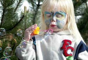 Såpbubblor. Treåriga Noa Cavanagh testade både ansiktsmålning och såpbubblor.