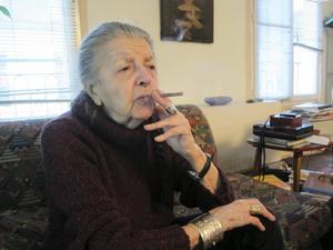 91-åriga Madeleine Riffaud röker cigarill och pratar gamla minnen när TT besöker henne i lägenheten i Paris.