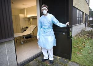 Staffan Eriksson, sjuksköterska på akuten tar emot influensapatienter i ett särskilt vårdrum med egen ingång på observationsavdelningen vid Hudiksvalls sjukhus.